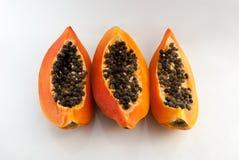 Tranches de papaye douce sur le fond blanc Images libres de droits