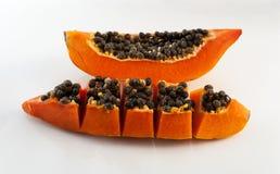 Tranches de papaye douce sur le fond blanc Image stock
