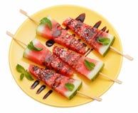 Tranches de pastèque avec le bâton du plat jaune sur le petit morceau Photographie stock libre de droits