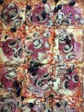 Tranches de pizza avec du jambon, les champignons et le fromage Photos libres de droits