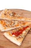 Tranches de pizza de funghi avec le ketchup de tomate sur le conseil en bois Image libre de droits