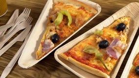 Tranches de pizza des plats en bois Concept de partie clips vidéos