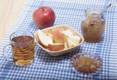 Tranches de pomme, de confiture de pomme et de jus de pomme mûrs Images libres de droits