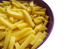 Tranches de pomme de terre dans un plat d'isolement Photographie stock