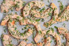 Tranches de potiron avec des herbes prêtes pour rôtir sur le papier de cuisson Photographie stock libre de droits