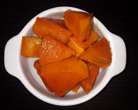 Tranches de potiron avec du sucre, cuites au four dans le four Le pl blanc Photo stock
