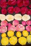 Tranches de quatre genres de betteraves prêtes à être fait cuire au four Image libre de droits