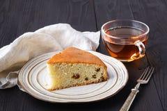 Tranches de raisin sec fait maison et de gâteau orange de pain Gâteau de pain de raisin sec Concept de déjeuner photos libres de droits