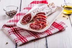 Tranches de salami d'un plat blanc Photos libres de droits