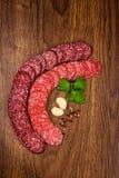 Tranches de salami sur une table en bois Photos libres de droits