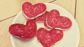 Tranches de saucisse en forme de coeur d'un plat Photos stock