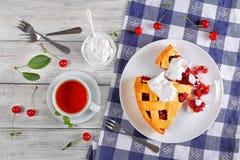 Tranches de tarte aux cerises aigre faite maison délicieuse photographie stock
