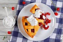 Tranches de tarte aux cerises aigre faite maison délicieuse photo libre de droits