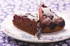 Tranches de tarte de chocolat avec la cerise photo stock
