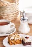 Tranches de thé et de gâteau Image libre de droits