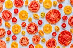 Tranches de tomates au-dessus de fond bleu Photographie stock