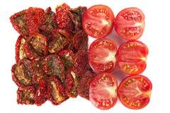 Tranches de tomates séchées au soleil et fraîches Images stock