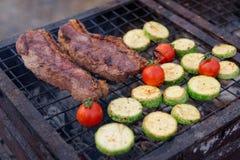 Tranches de viande et de courgette sur le gril Photographie stock libre de droits