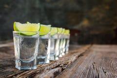 Tranches de vodka et de chaux photographie stock