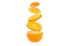 Tranches en baisse d'orange en air image stock