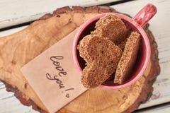 Tranches en forme de coeur de pain dans la tasse Photographie stock