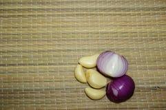 Tranches et ail d'oignon rouge de peau Photo stock