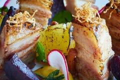 Tranches et betteraves cuites au four de pomme de terre avec de légumes et de rôti de porc la fin de lard  Image stock