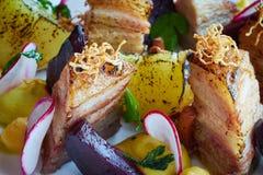 Tranches et betteraves cuites au four de pomme de terre avec de légumes et de rôti de porc la fin de lard  Photo libre de droits