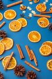 Tranches et cannelle oranges sèches sur le fond bleu images stock