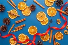 Tranches et cannelle oranges sèches sur le fond bleu photographie stock libre de droits