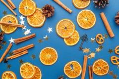 Tranches et cannelle oranges sèches sur le fond bleu images libres de droits