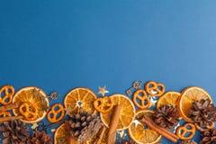 Tranches et cannelle oranges sèches sur le fond bleu L'espace pour t photos libres de droits