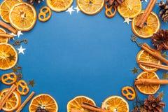 Tranches et cannelle oranges sèches sur le fond bleu L'espace pour t images stock