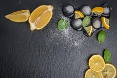 Tranches et demi citron juteux frais Photographie stock
