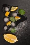 Tranches et demi citron juteux frais Image libre de droits