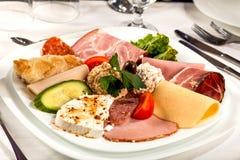 Tranches et fromage de salami Images stock
