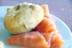 Tranches et petit pain de pain saumonés de plat Photo stock