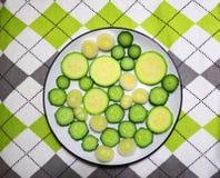Tranches fraîches de concombre et de courge Photos stock