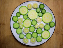 Tranches fraîches de concombre et de courge Photographie stock libre de droits