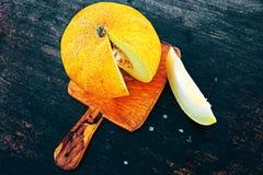 Tranches fraîches de melon de cantaloup sur un fond foncé Image stock