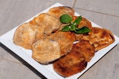Tranches fraîches et délicieuses d'aubergine frite, nourriture Image libre de droits