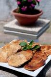 Tranches fraîches et délicieuses d'aubergine frite, nourriture Photos libres de droits