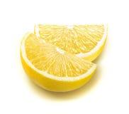 Tranches fraîches de quart de citron d'isolement sur le blanc Photographie stock libre de droits