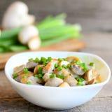 Tranches frites de champignons avec la crème sure et les jeunes oignons verts dans une cuvette Plat fait maison de champignon Tab Images libres de droits