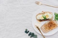 Tranches grillées de pain avec du beurre adjacent photographie stock libre de droits