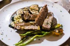 Tranches grillées de thon avec des légumes photos libres de droits