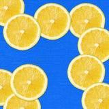 Tranches jaunes sur le bleu Photos libres de droits