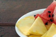 Tranches juteuses d'ananas et de pastèque Images libres de droits