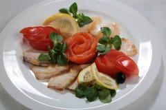 tranches légèrement salées de saumons et d'esturgeon d'un plat photo libre de droits