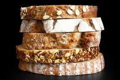Tranches mélangées de pains de santé empilés photographie stock